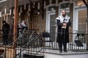10 avril 2020 -Montréal, Canada: les juifs Hasidim prient dehors pendant la Pâque en suivant la directive de santé publique de distanciation sociale. La directive interdit tout rassemblement et tous les lieux de culte pour toutes les religions ont été forcé à fermer. Les communautés Hasidim ont été particulièrement touchées par la pandémie de COVID-19. Leurs liens étroits avec les communautés de New York pourraient être l\'une des raisons.