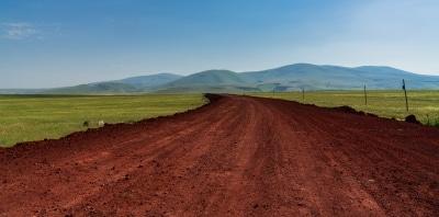 Route de terre menant à un village kurde aux abords de la ville médiévale d'Ani