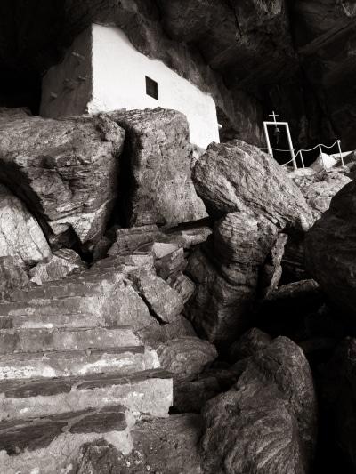 Chapelle dans une caverne au bord de la mer